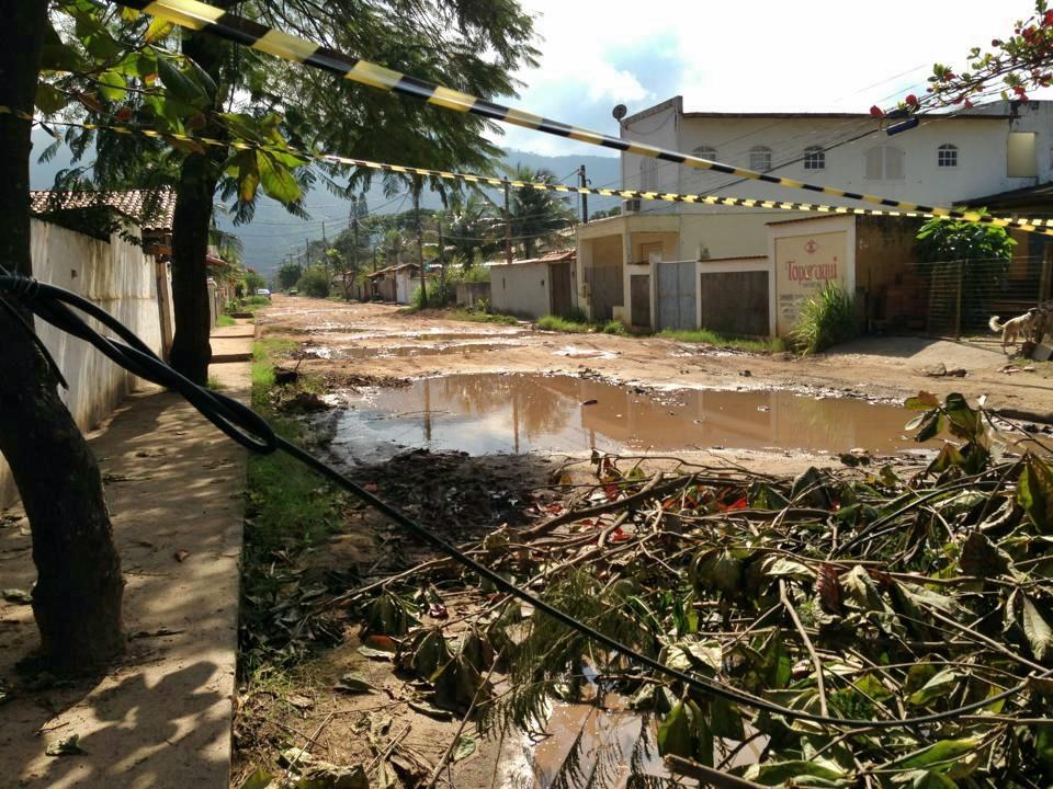 Fitas, galhos e troncos de árvores foram utilizados para fechar a rua Nossa Senhora do Carmo em forma de protesto. (Foto: João V. Trindade)