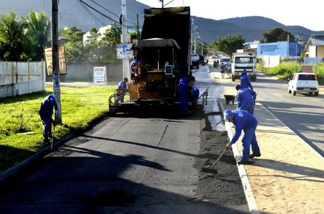 Funcionários do Governo do Estado trabalham na pavimentação da 'Avenida Um', em Itaipuaçu. (Foto: Reprodução)