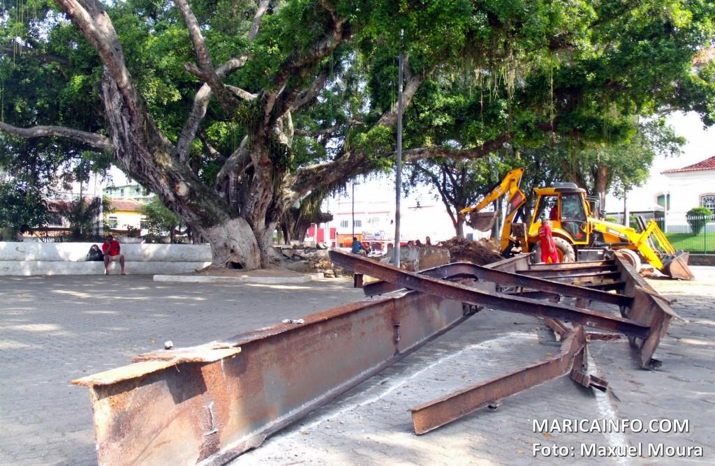 Ponte também foi removida com o auxílio de uma retroescavadeira. (Foto: Maxuel Moura | Maricá Info)