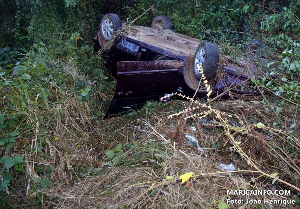 Ao desviar de um buraco, motorista perdeu o controle do veículo. (Foto: João Henrique | Maricá Info)