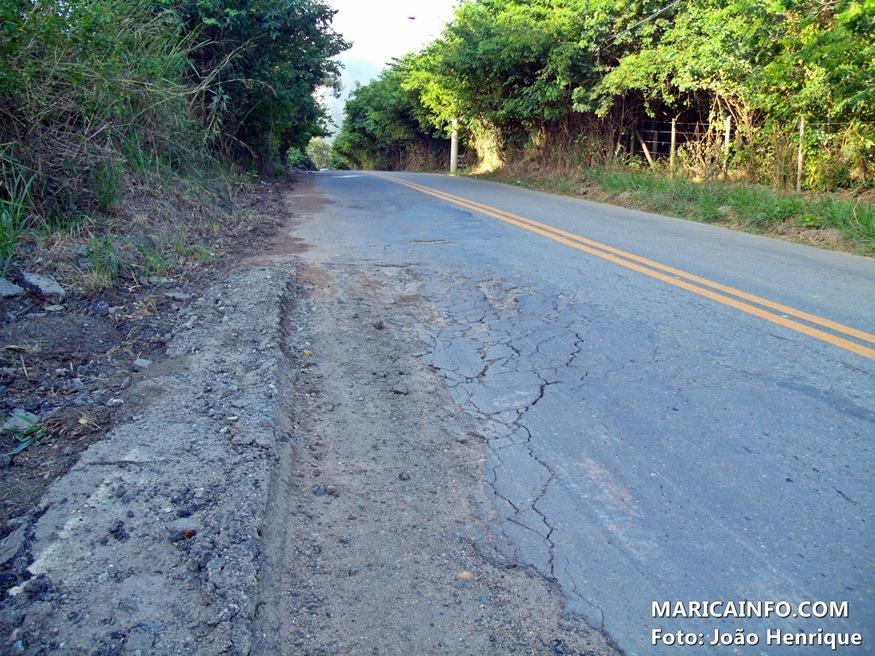 Buracos e erosões em toda a via causam diversos acidentes na estrada dos Cajueiros (Foto: João Henrique | Maricá Info)