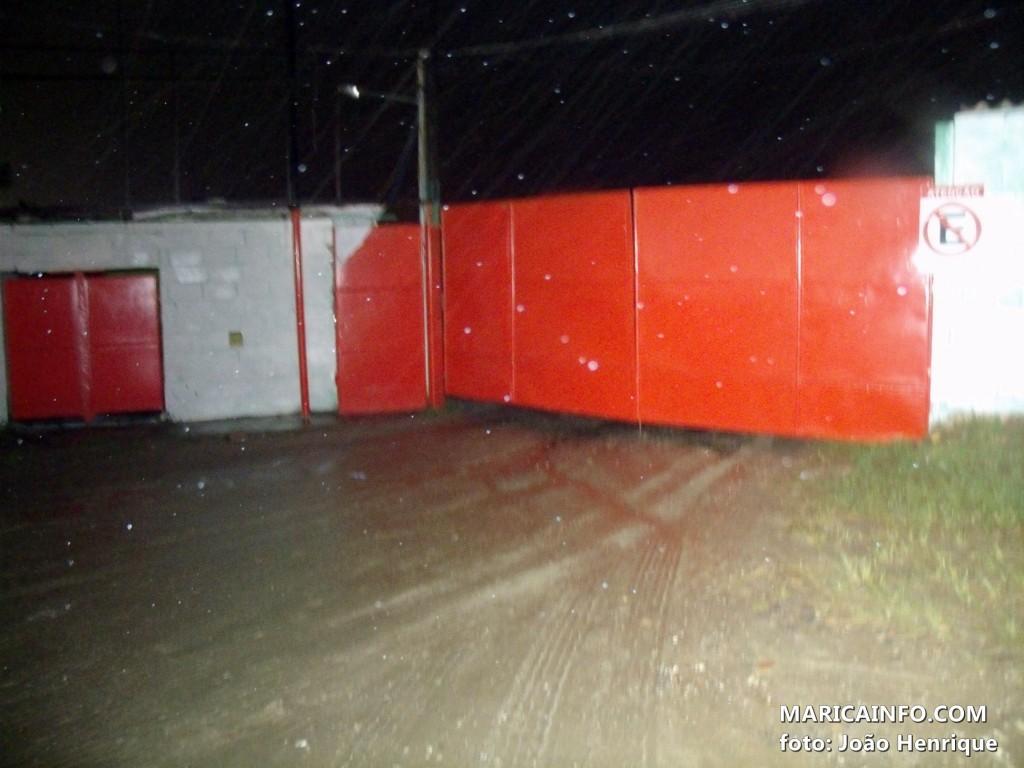 Caminhões estavam guardados no terreno localizado na RJ106 na altura do KM22,5. (Foto: João Henrique   Maricá Info)