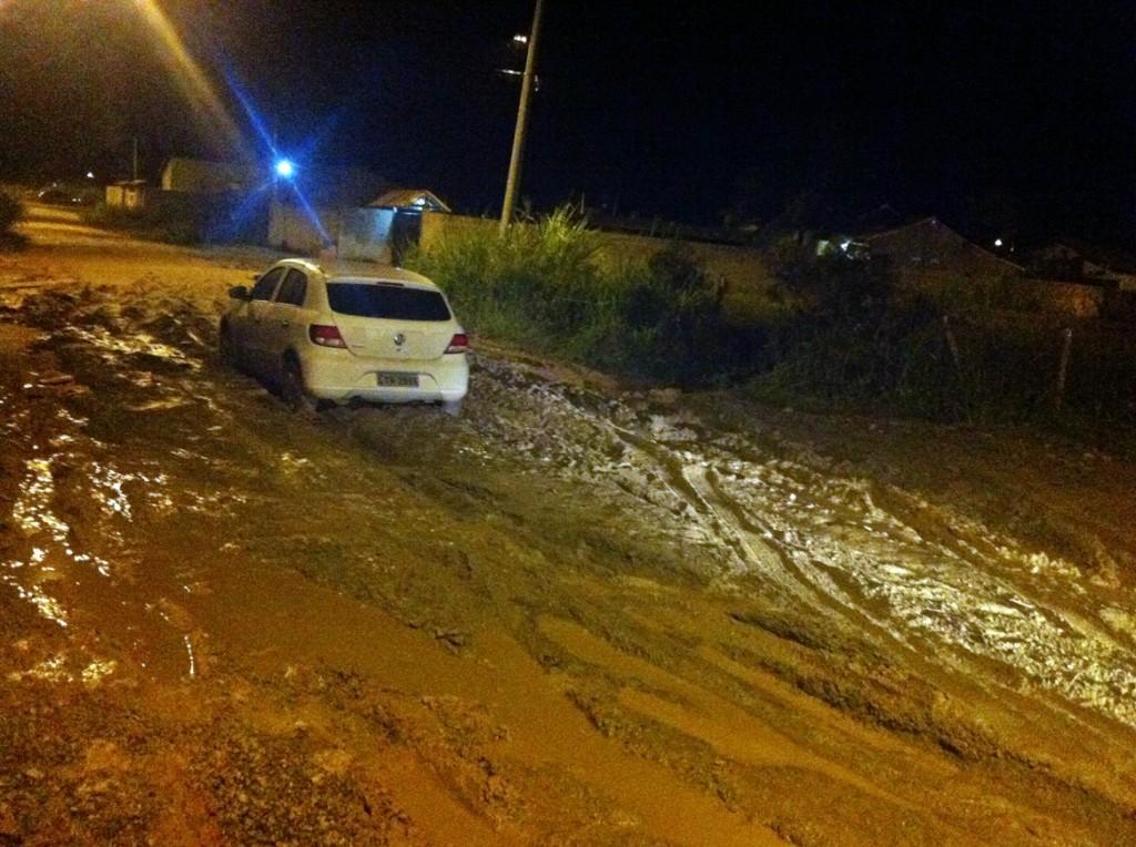 Carro atola em lamaçal na esquina da antiga Avenida Dois com a rua 71. (Foto: Carlos Alonso)