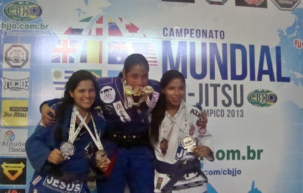 Atletas de Maricá, Mariane Nunes (esq.) e Paula Nogueira (Dir.) exibem medalhes conquistadas no Mundial. (Foto: João Henrique | Maricá Info)