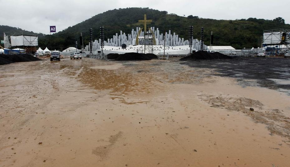 Terreno em Guaratiba, onde fica o Campo da Fé, é alagado pela chuva no Rio. (Foto: André Mourão/ Agência O Dia/Estadão Conteúdo)