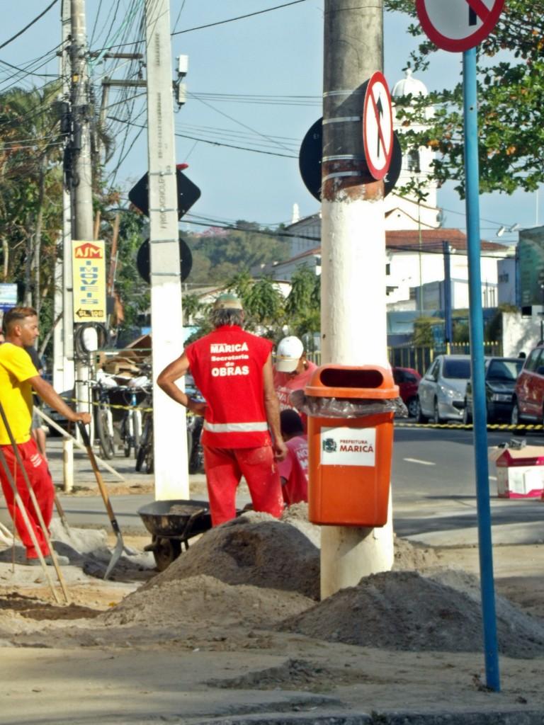 Funcionários trabalham no reparo das calçadas no Centro de Maricá. (Foto: João Henrique | Maricá Info)