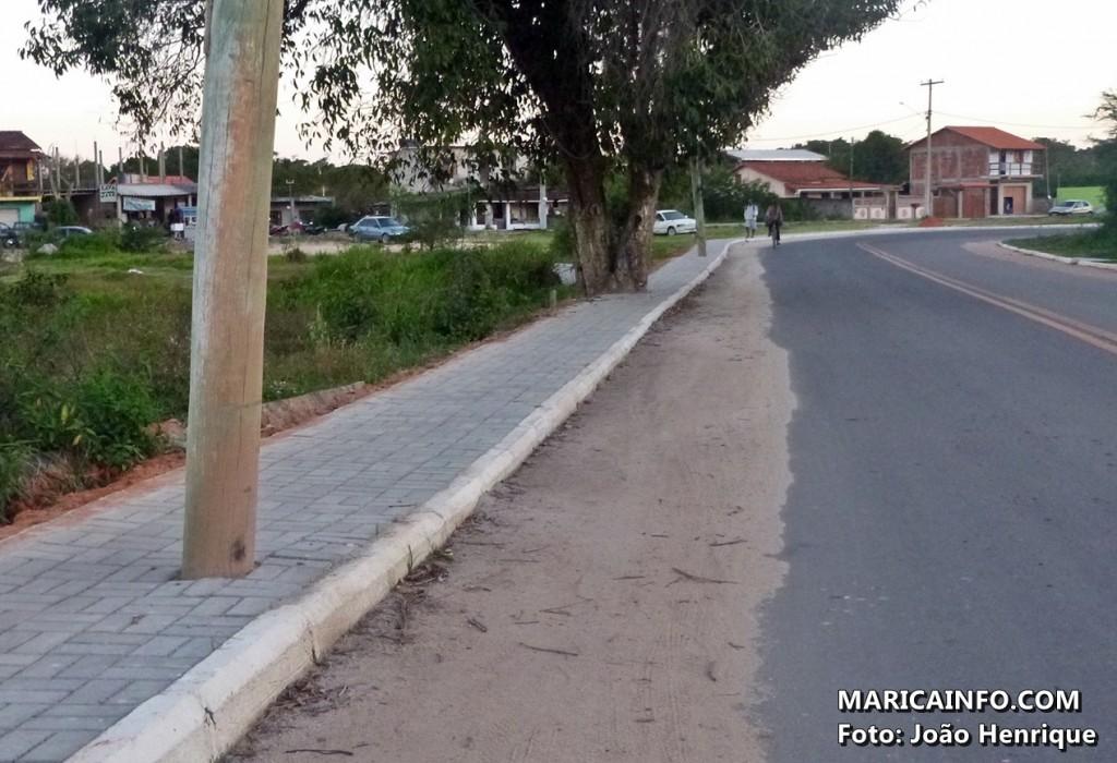 Calçada estreita e com obstáculos arquitetônicos foi feita pela prefeitura. (Foto: João Henrique | Maricá Info)