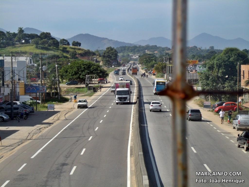 Passarela sob a RJ106 em São José do Imbassaí foi construída a cerca de uma década e nunca tinha recebido reformas. (Foto: João Henrique | Maricá Info)