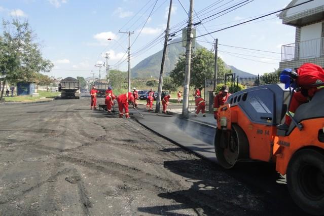 Funcionários da prefeitura trabalham no asfaltamento próximo à Lonart. (foto: divulgação)
