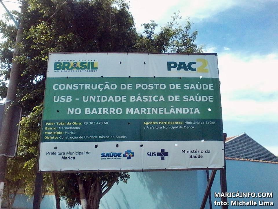 Placa afixada no local da obra não diz a previsão da conclusão. (Foto: Michelle Lima | Maricá Info)