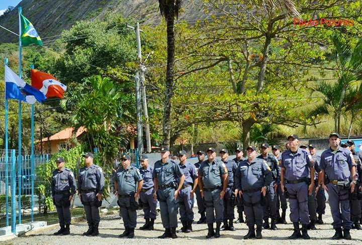 Policiais são recebidos na UPAm da Serra da Tiririca. (Foto: Reprodução   Internet)
