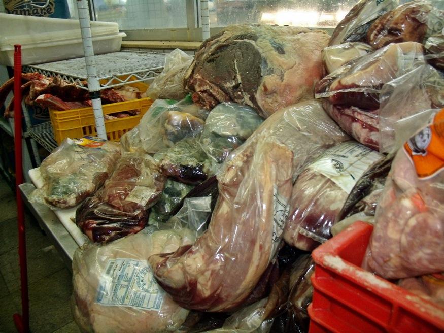 Toneladas de carne estragadas foram encontradas e apreendidas. (Foto: MaricáInfo.com)