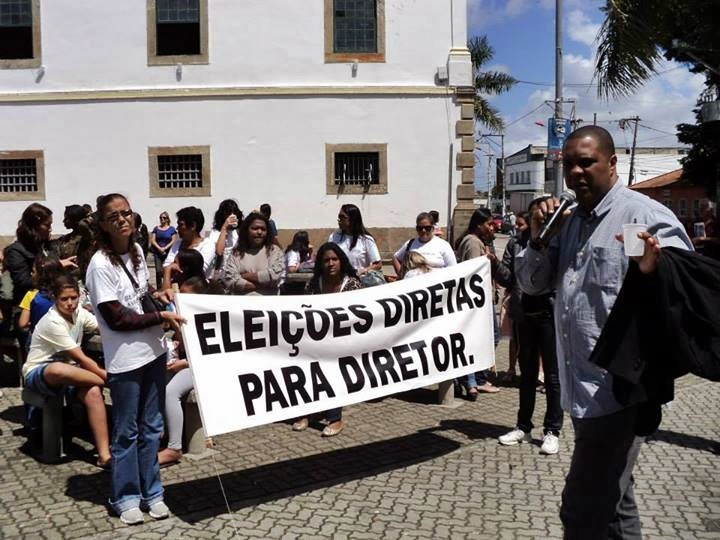 Assembleia foi realizada na praça Orlando de Barros Pimentel. (Foto: Reprodução | SINEDUC)