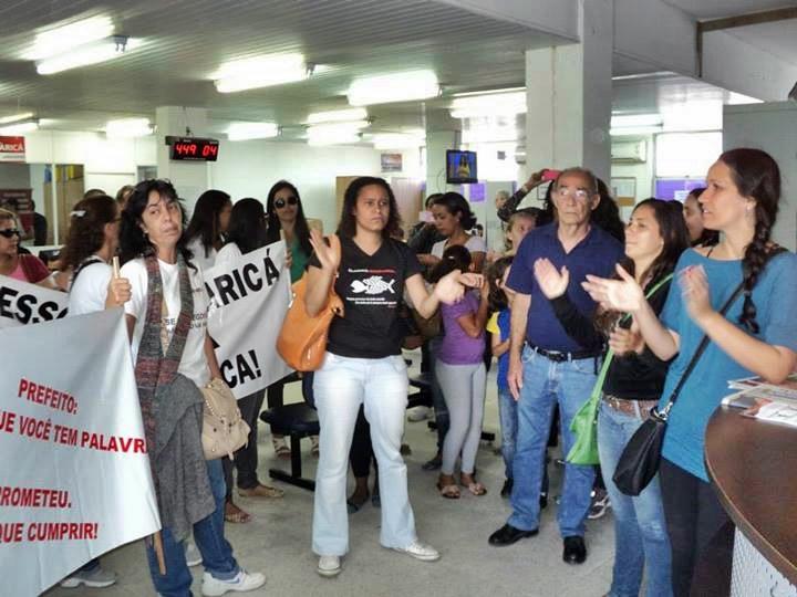 Dezenas de professores ocuparam o térreo da Prefeitura Municipal e não foram recebidos para o diálogo. (Foto: Divulgação | SINEDUC)
