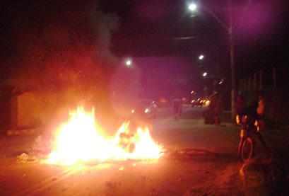 Quebra-molas foram instalados após protestos na noite desta segunda-feira (9). (Foto: Marcelo Bessa | Itaipuaçu Site)