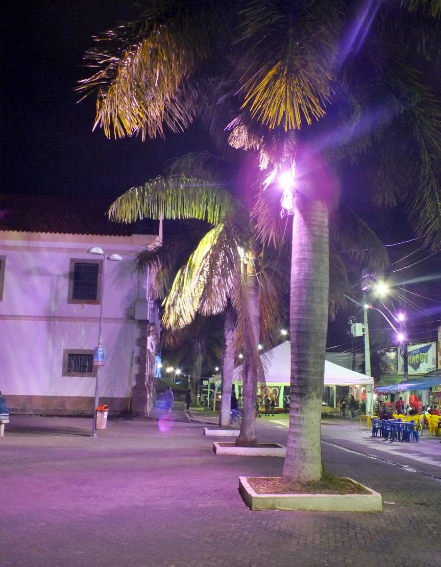 Refletores preso às árvores. Prefeitura e Câmara podem ser responsabilizadas. (Foto:João Henrique | Maricá Info)