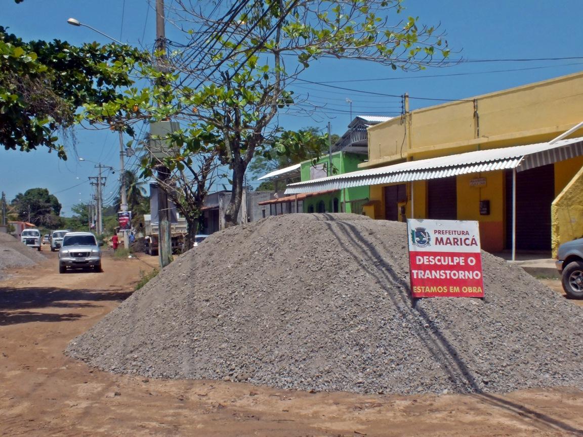 Obras começaram na Estrada dos Macacos neste sábado (19). (Foto: João Henrique | Maricá Info)