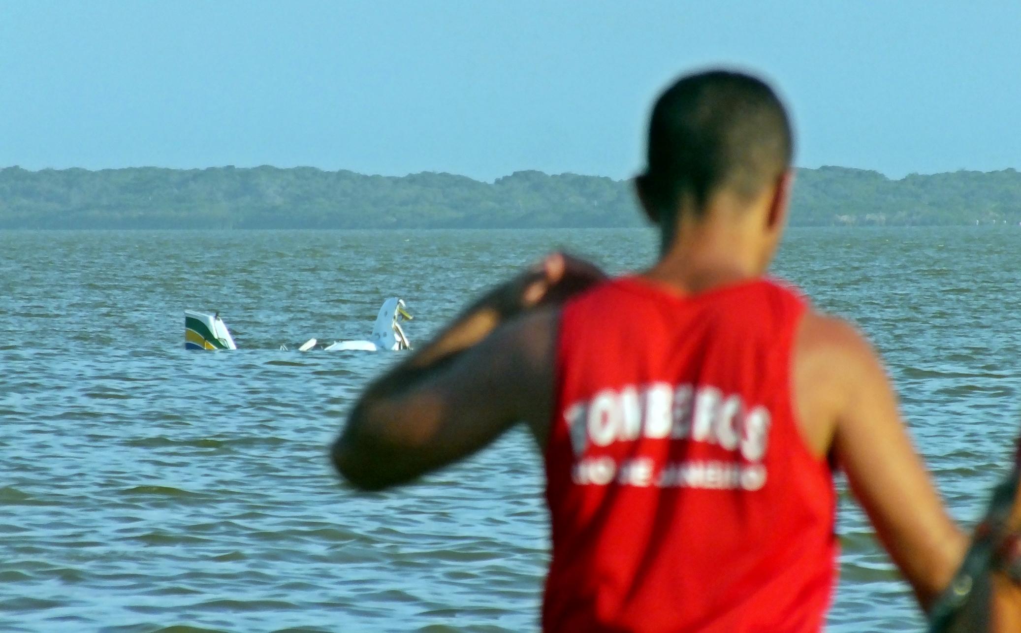 Bombeiros auxiliaram no resgate dos dois corpos na queda de um avião na Lagoa de Maricá. (Foto: João Henrique | Maricá Info)