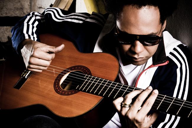Thalles Roberto é cantor, compositor, produtor musical, pastor evangélico e multi-instrumentalista cristão.