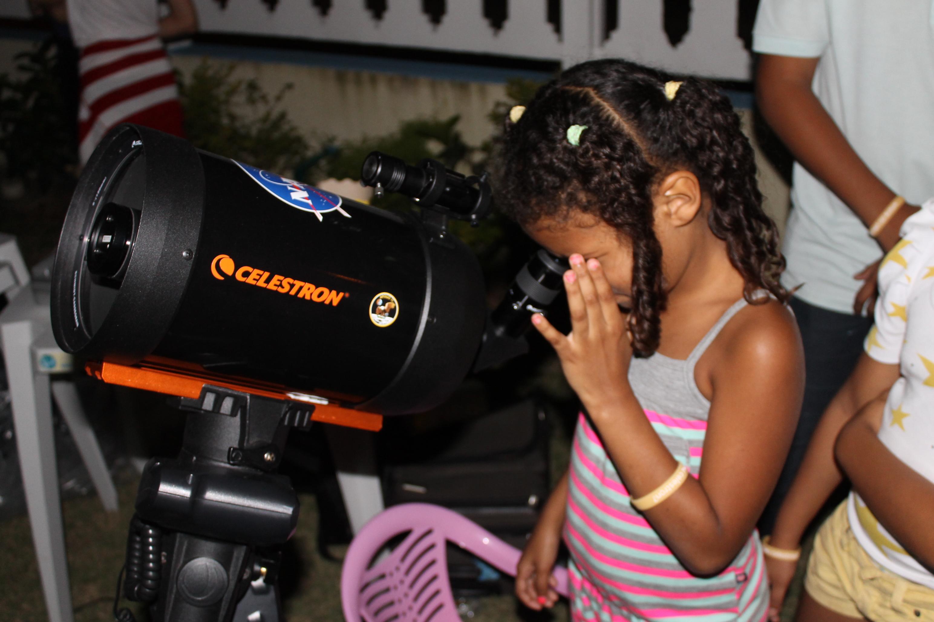 Várias pessoas ficaram encantadas ao observar o espaço e os corpos celestes. (Foto: Divulgação)