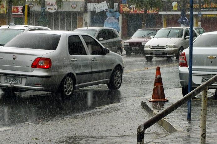 Trânsito complicado no Centro de Maricá na tarde deste domingo (17). (Foto: João Henrique   Maricá Info)