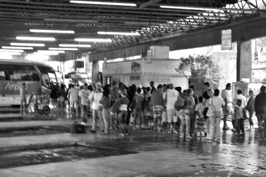 Imensas filas se formaram no Terminal Rodoviário no Centro de Maricá.