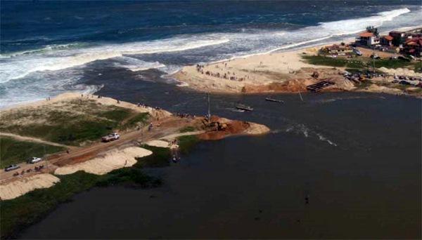 Inea descarta necessidade de abertura do canal da Barra de Maricá. (Foto: Abertura do canal da Barra em 2010 | Reprodução)