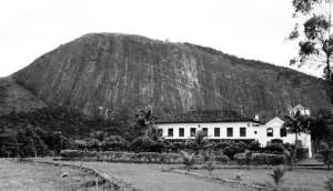 Fazenda Itaocaia com a Pedra de Itaocaia ao fundo.