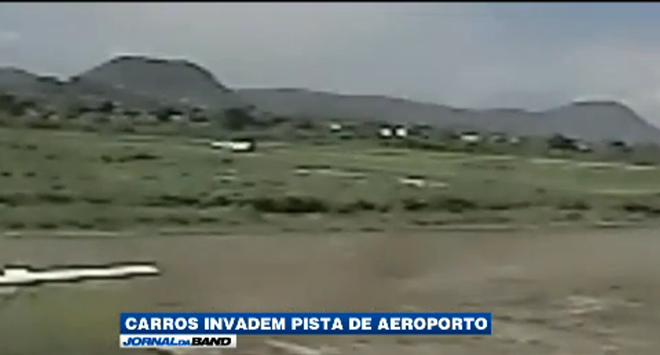 Dois carros da guarda invadiram a pista para impedir a aterrissagem de uma aeronave, que foi obrigada a arremeter.