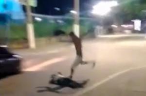 Repórter Mauro Luis leva chute após cair e ficar inconsciente.