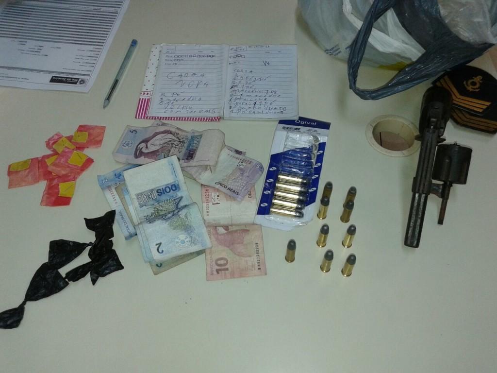 Na casa de Felipe foram encontrados drogas, dinheiro, munições, uma arma e duas divisas de sargento, além de um caderno de anotações do tráfico. (fotos: Mauro Luis | Maricá Info)
