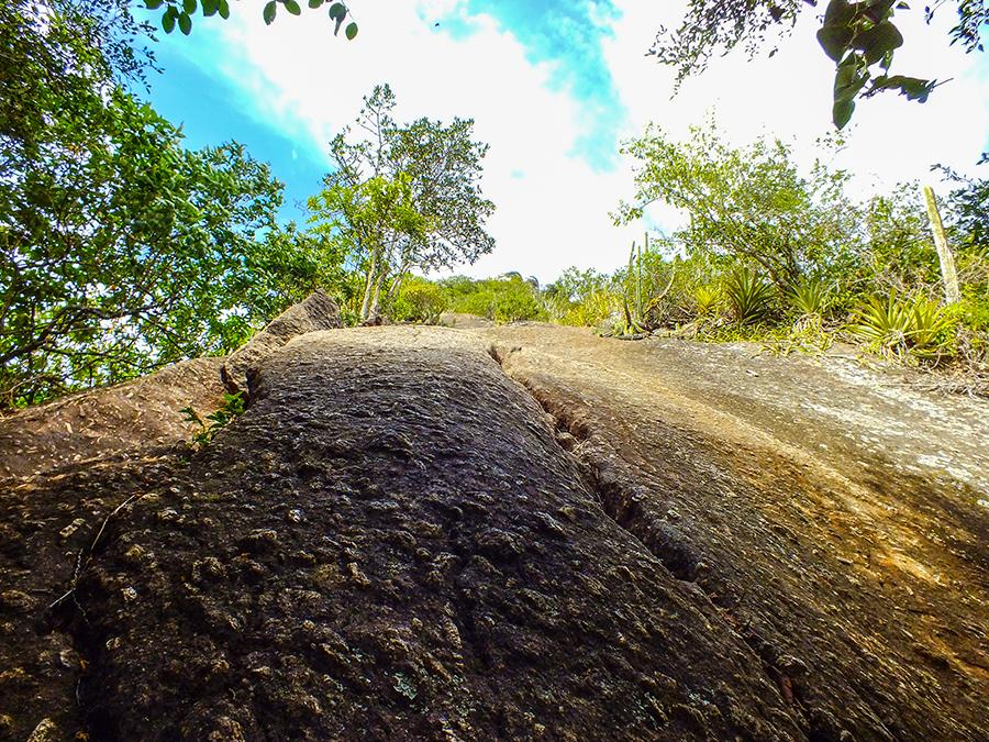 Começo da 'escalaminhada' exige o uso de pés e mãos para transpor obstáculos. (foto: João Henrique / Maricá Info)