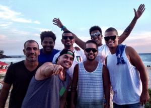 Grupo Sambaí na praia de Ponta Negra, em Maricá.