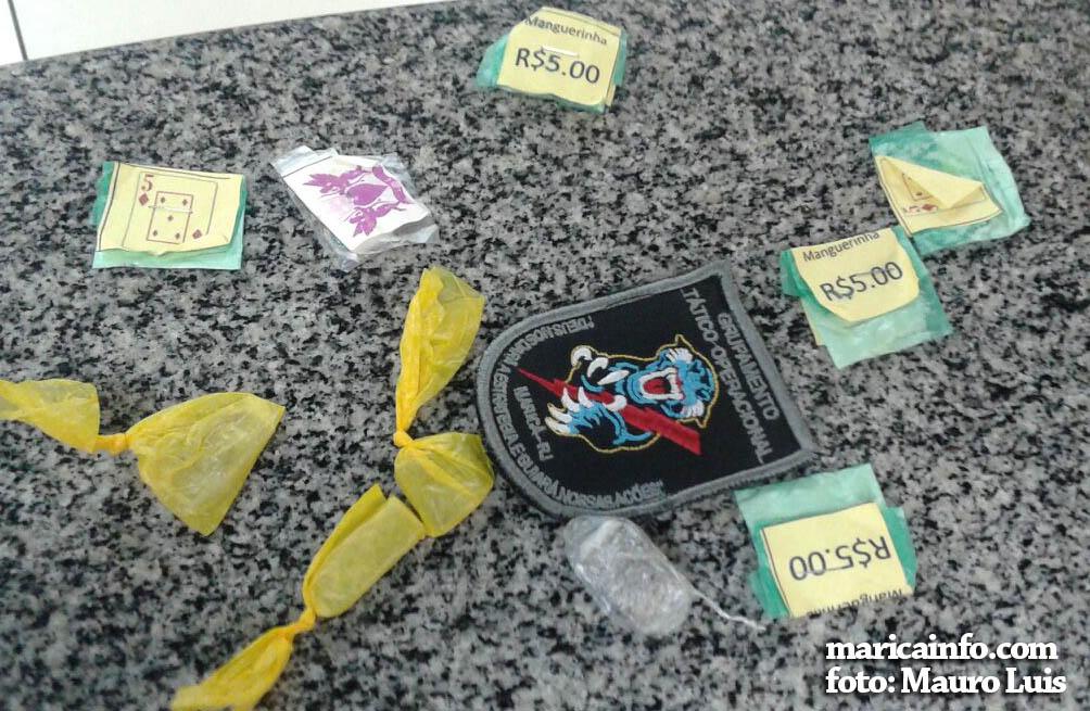 Trouxinhas de maconha e papelotes de cocaína foram apreendidos com o menor de 17 anos. (fotos: Mauro Luis / Maricá Info)
