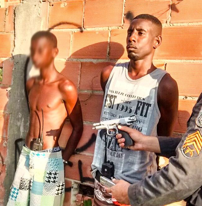 Trio estava com pistola Smith&Wesson 9mm e um carregador, com 11 munições.