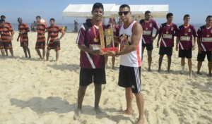 Secretário Adjunto de Esportes entrega taça ao capitão do Barra. (foto: Clarildo Menezes)