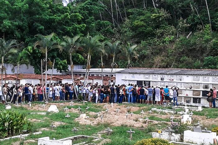'Henrique Surf', como era conhecido, foi enterrado recebendo homenagens de familiares e amigos. (fotos: Mauro Luis / Maricá Info)