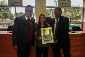 Vereador Frank entrega a homenagem à Mayssa Bastos, junto com o presidente da Câmara, vereador Chiquinho do Trailer. (fotos: Mauro Luis / Maricá Info)