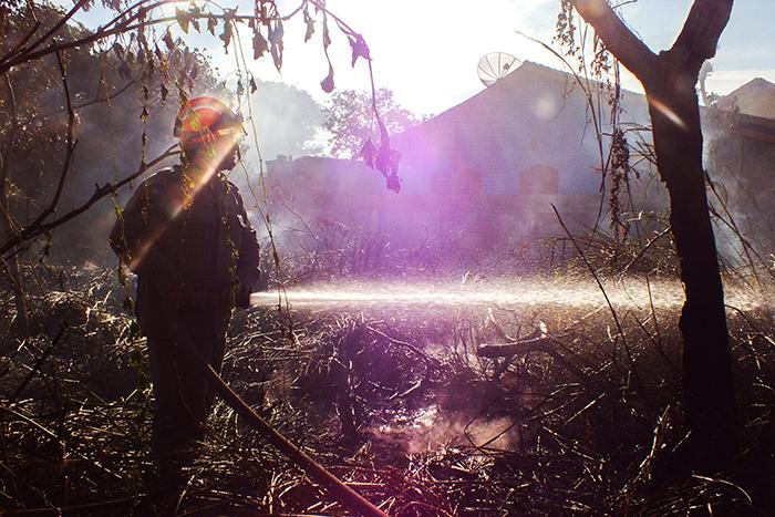 Bombeiros trabalham para controlar incêndio ao lado de creche, em Maricá. (foto: Mauro Luis / Maricá Info)