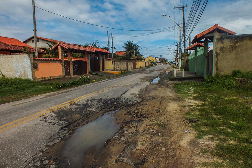 A cada chuva as crateras aumentam e colocam em risco a vida de motoristas e pedestres. (fotos: João Henrique / Maricá Info)