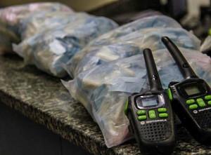 Na ação, policiais militares apreenderam grande quantidade de drogas e quatro rádios transmissores (Foto: Filipe Aguiar)