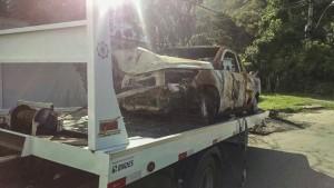 Veículo depenado foi rebocado do local e levado para o pátio legal.