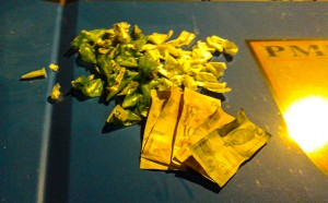 Droga e dinheiro apreendidos e levados para a delegacia. (fotos: Mauro Luis / Maricá Info)