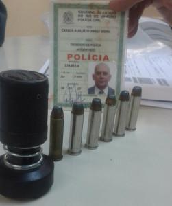 Speed Jet e munições encontrados com o delegado aposentado.