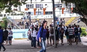 Alunos se reuniram no anfiteatro da praça Orlando de Barros Pimentel, no Centro.