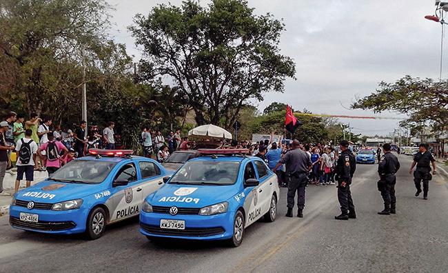 Polícia Militar acompanha a manifestação dos estudantes. (foto: Alcilei Santos)