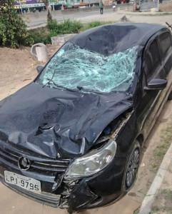 Carro ficou completamente destruído no acidente.