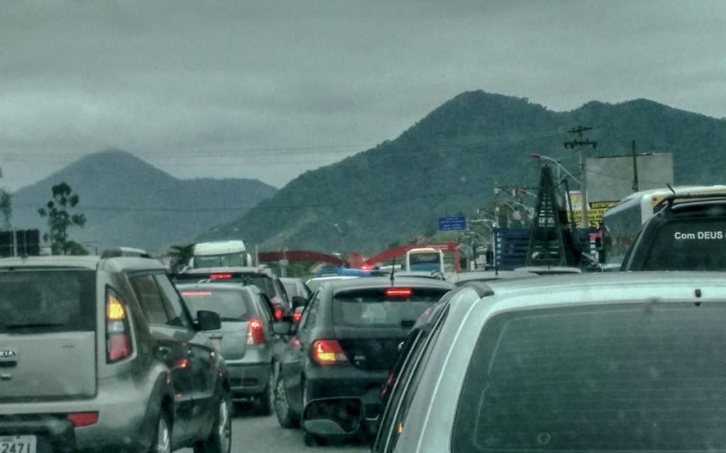 Trânsito complicado devido à colisão na RJ-106, em Maricá. (foto: Bruno Carmo)