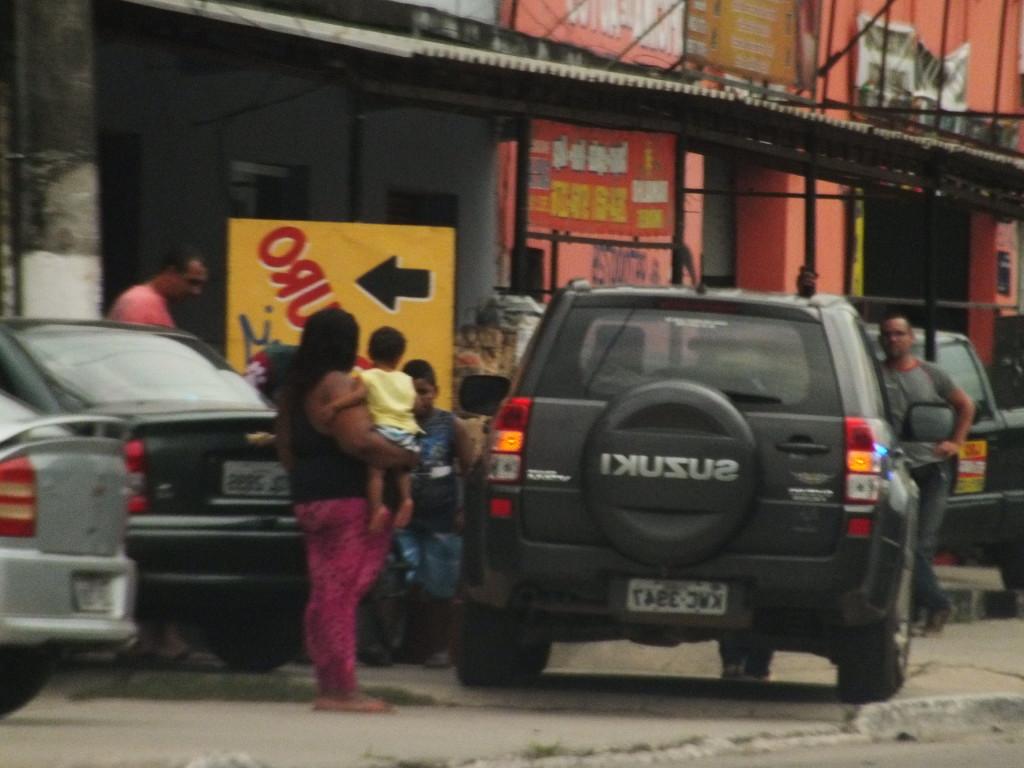 Carro do Secretário Adjunto estacionado na calçada e atrapalha pedestre com criança de colo. (fotos: João Henrique / Maricá Info)
