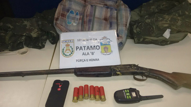 Fardamento, arma e munições foram apreendidos.